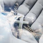 Mão segurando um terço representando a importância da Missa de sétimo dia